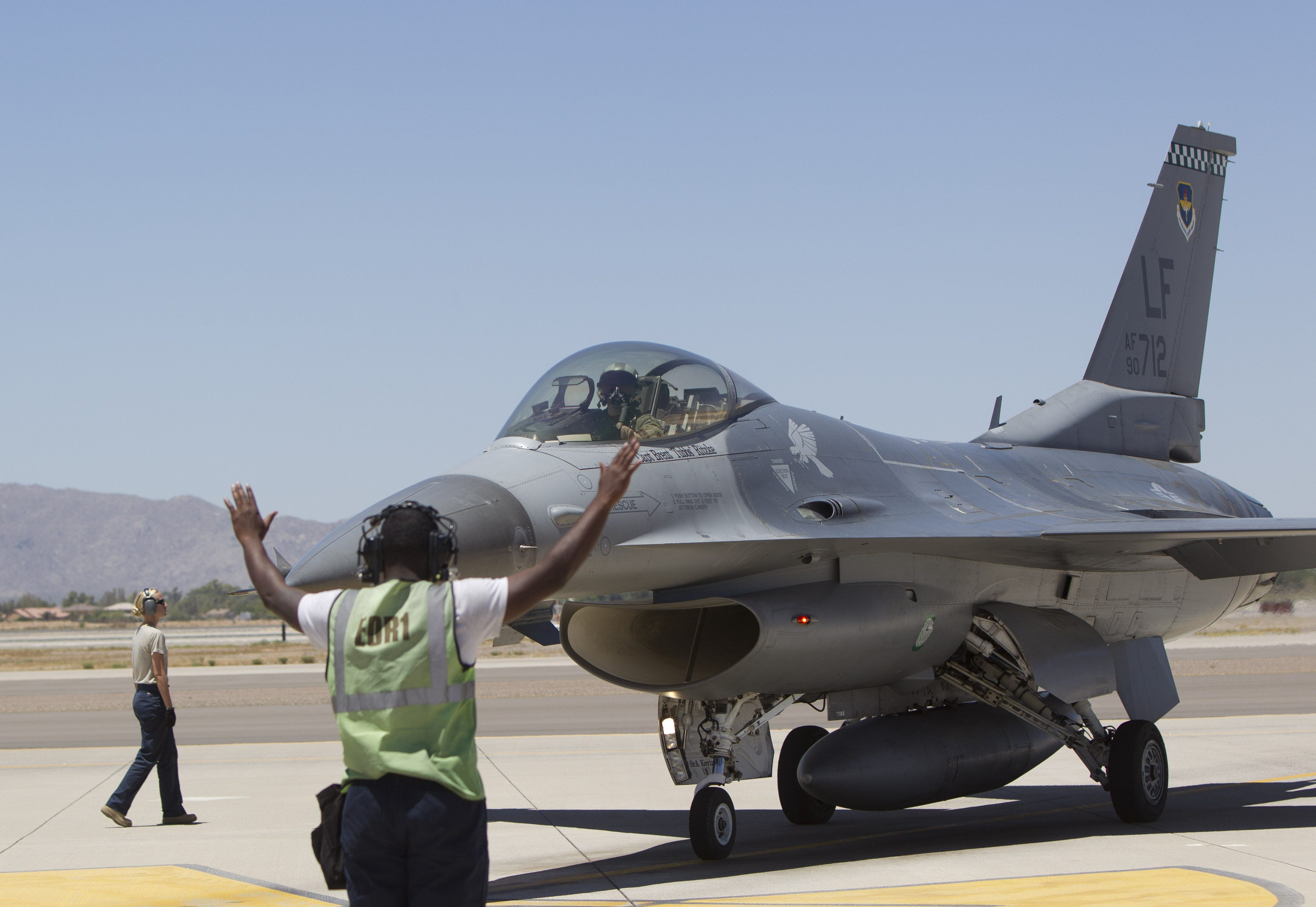 F-16 from Luke Air Force Base makes emergency landing in Lake Havasu City | Arizona Central