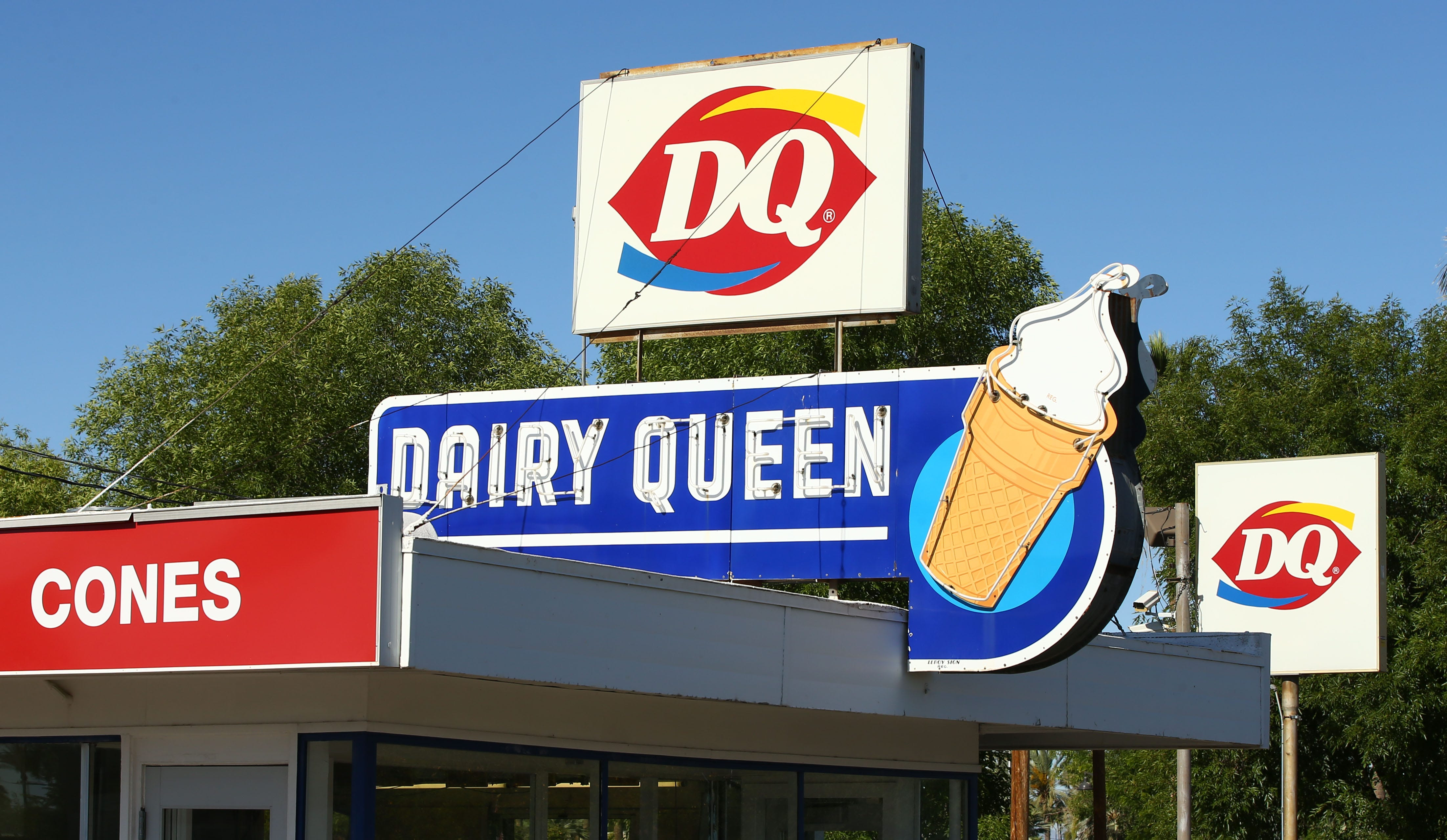 Mesa donates $5,000 to save neon sign from closed Main Street Dairy Queen | Arizona Central