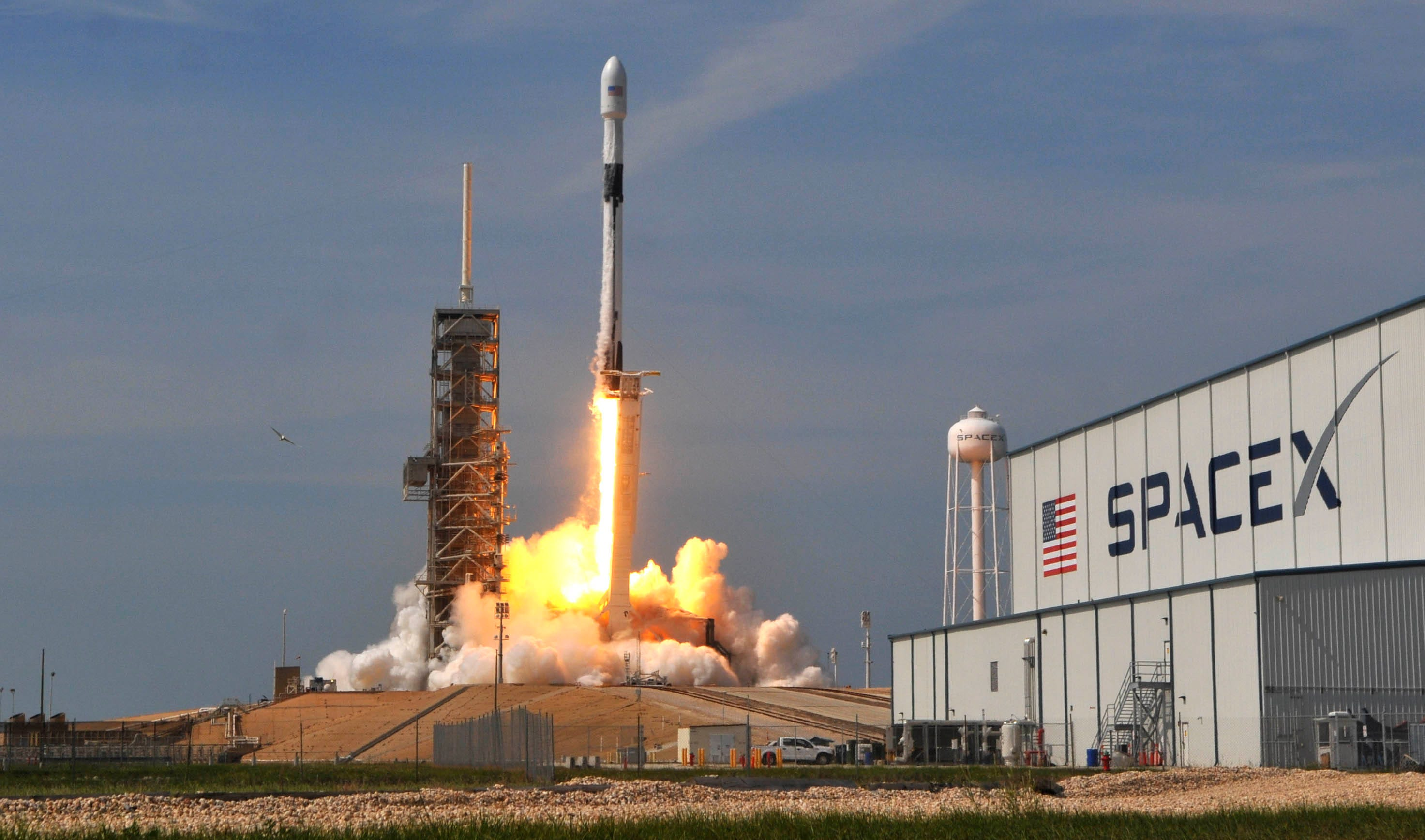 636616752642732439-crb051118-spacex-10- SpaceX test fires Falcon 9 ahead of early morning launch from Cape Canaveral next week