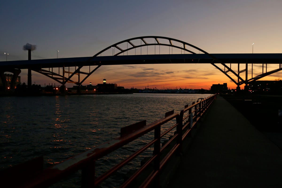 Hoan Bridge lights would enhance Milwaukee's skyline, celebrate others