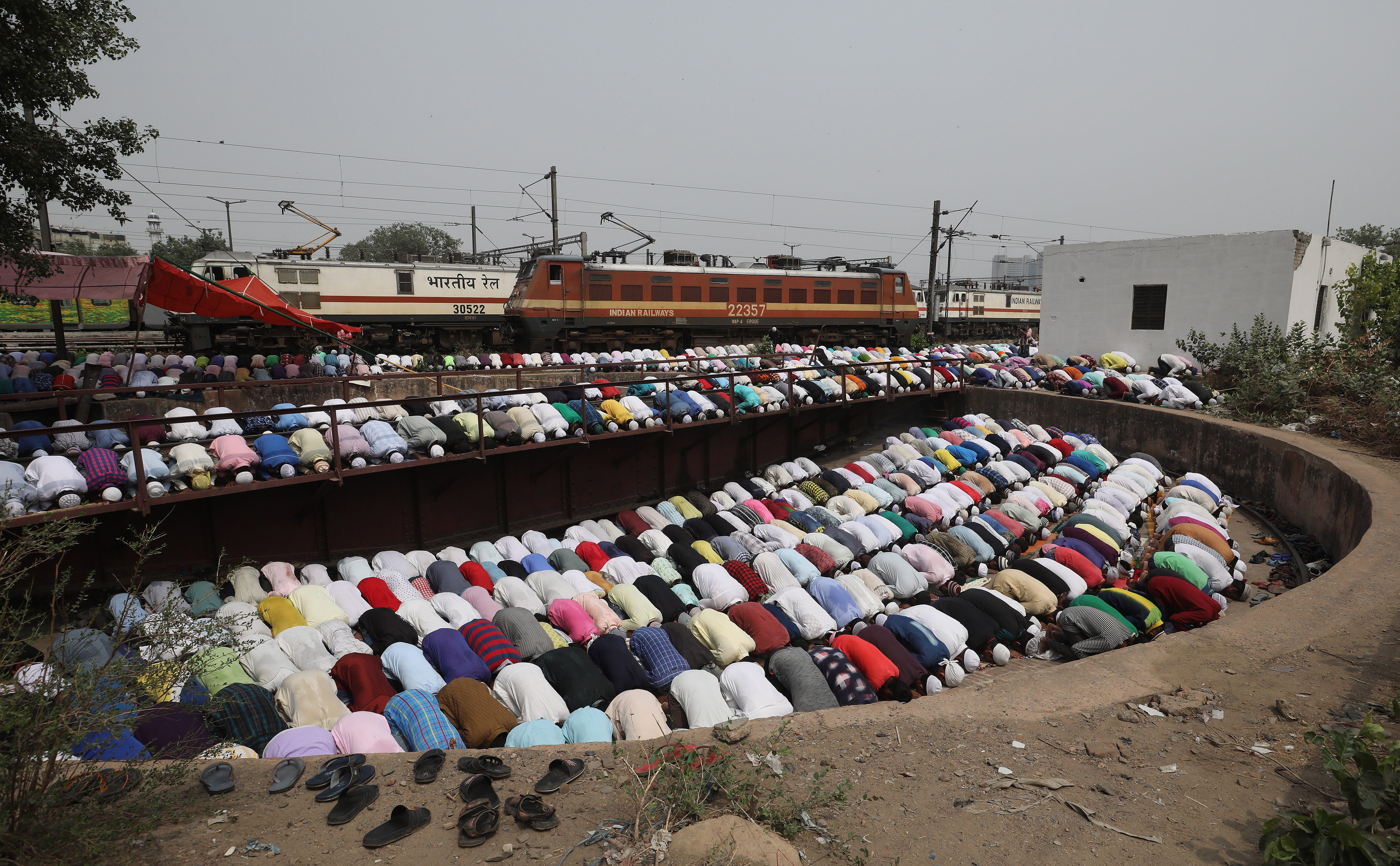 Indian Muslims attend the fourth and last Friday prayer of the Islamic holy fasting month of Ramadan at a mosque near New Delhi Railways station in New Delhi, India on June 8, 2018. Muslims around the world celebrate the holy month of Ramadan by pray