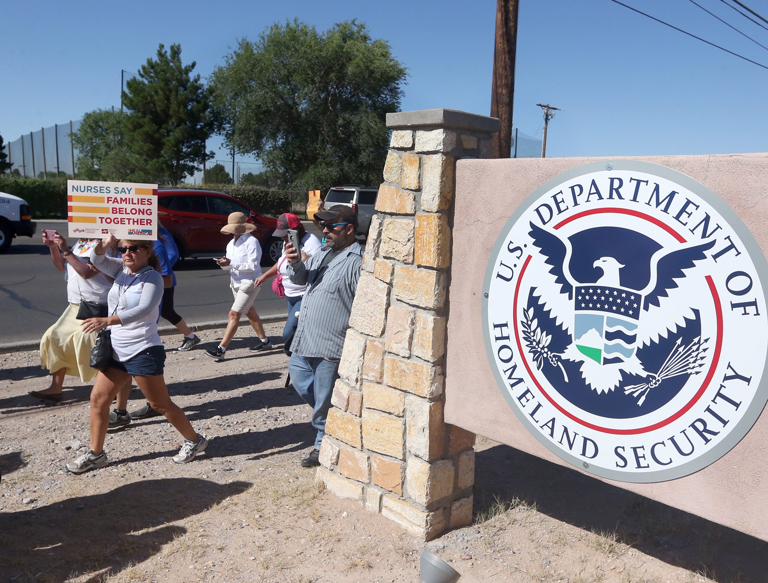 Governors in U.S.-Mexico border states largely absent on migrant family separation | El Paso Times