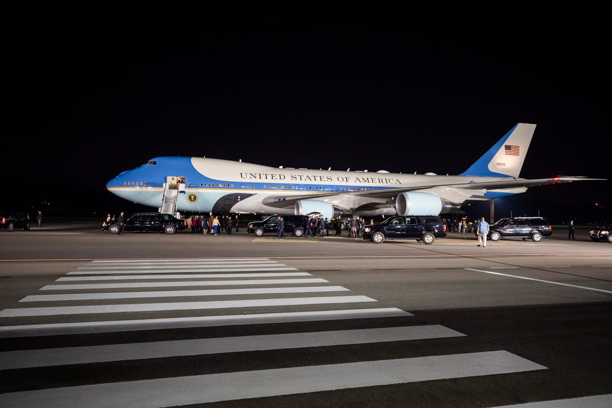 Does Air Force One refuel in flight?