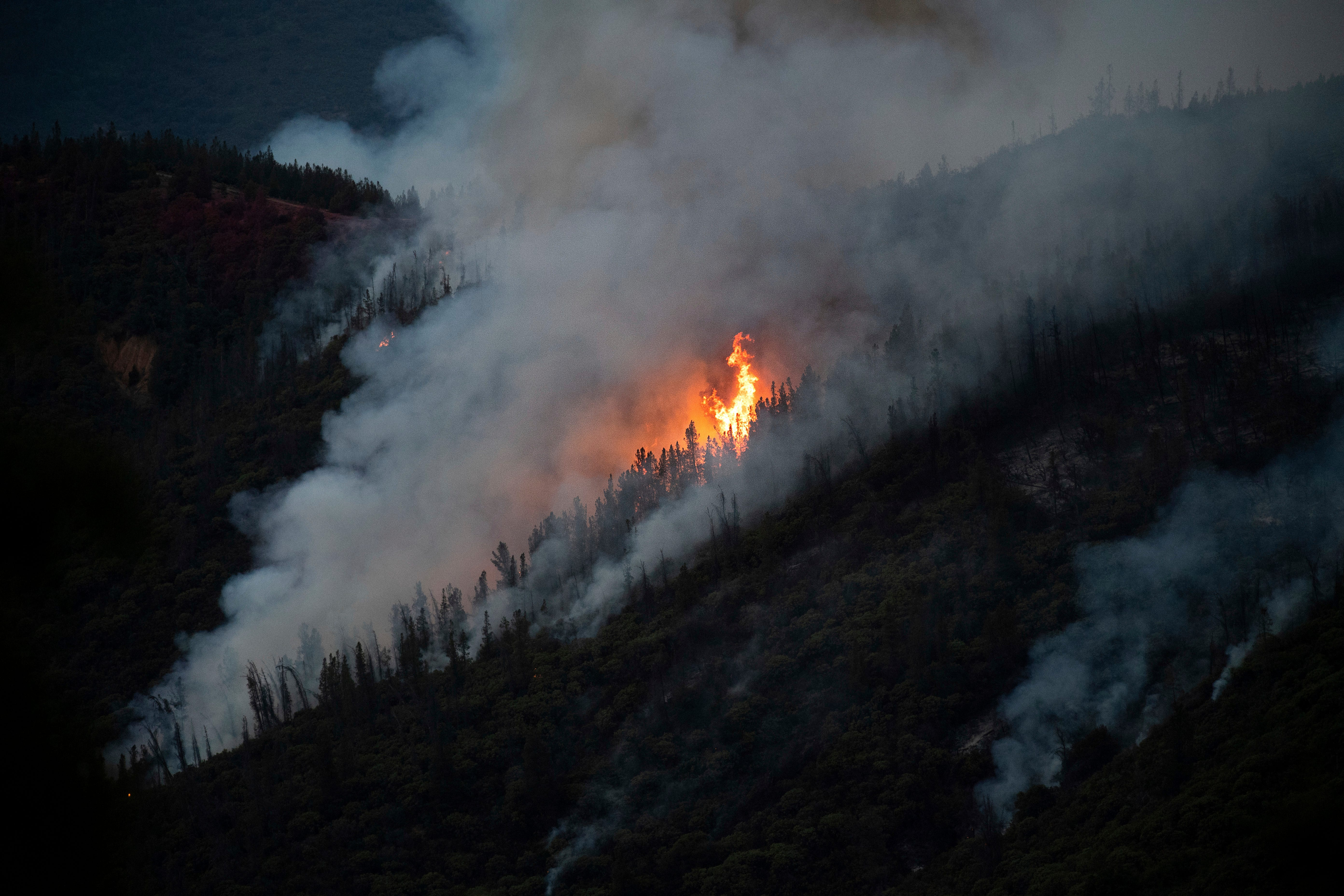 'The smoke was horrible': Hot, dry weather hampers crews battling wildfire near Yosemite