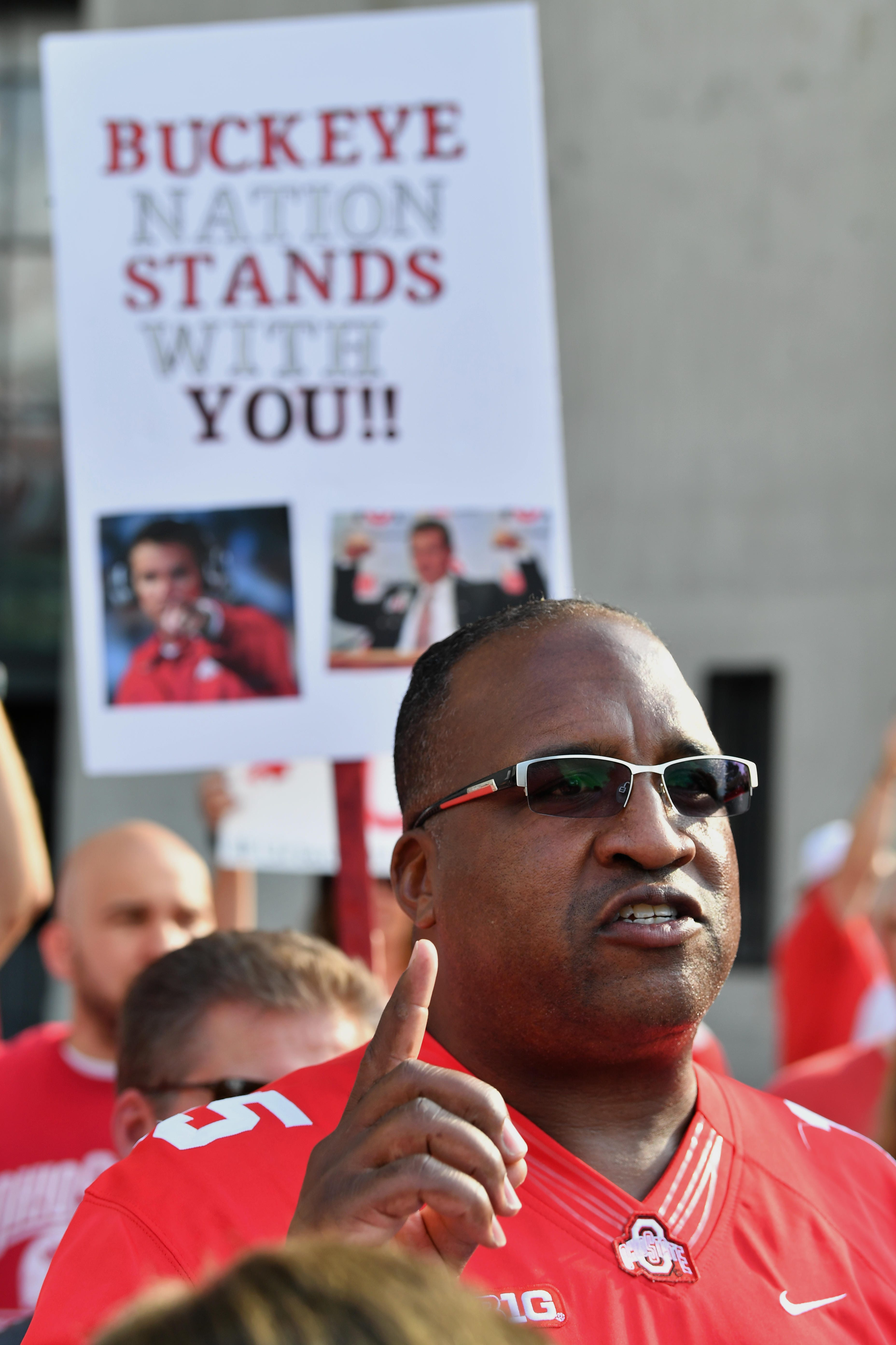Ezekiel Elliott's father attends rally in support of Urban Meyer at Ohio State