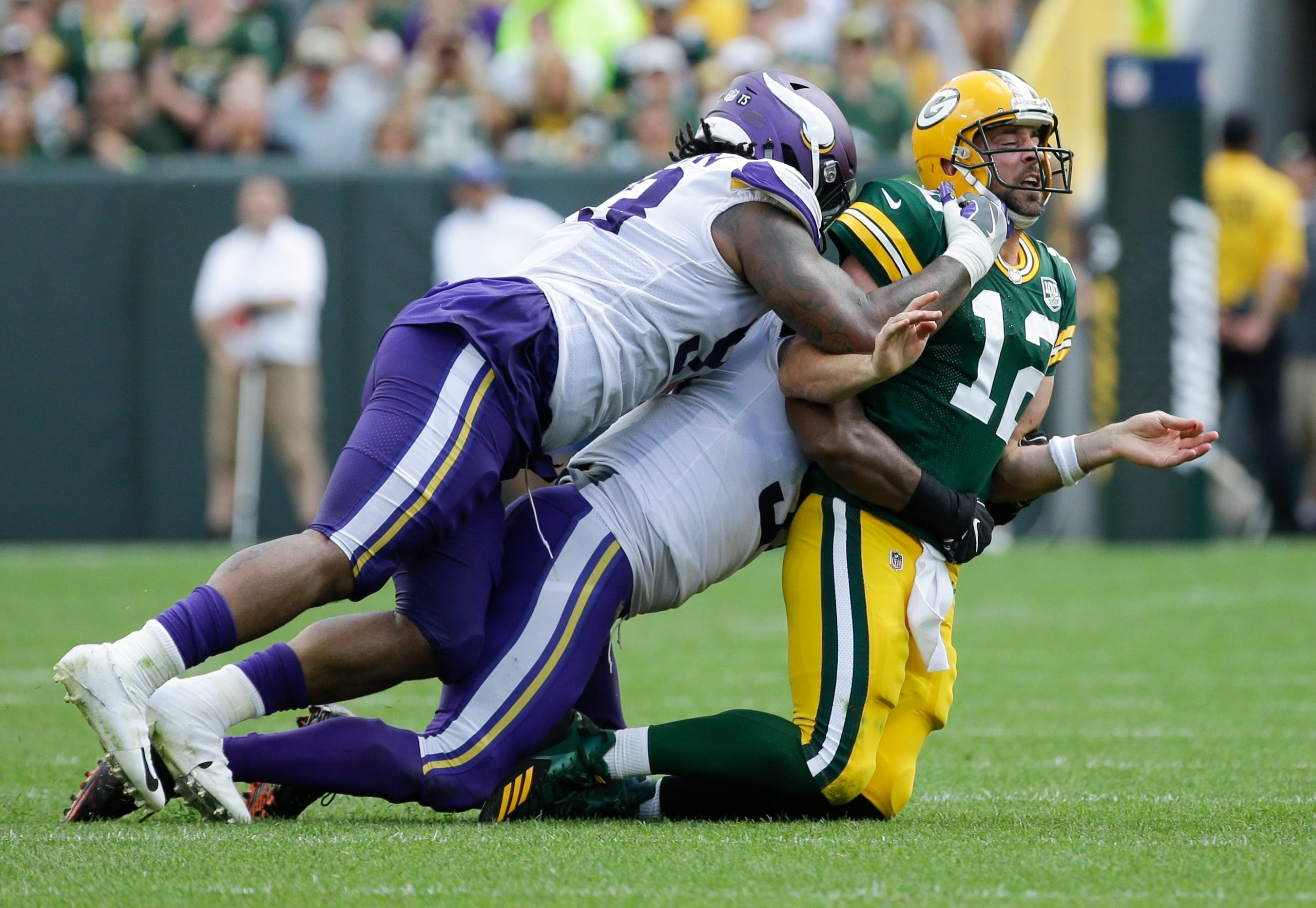 Wearing knee brace, Rodgers returns for Packers