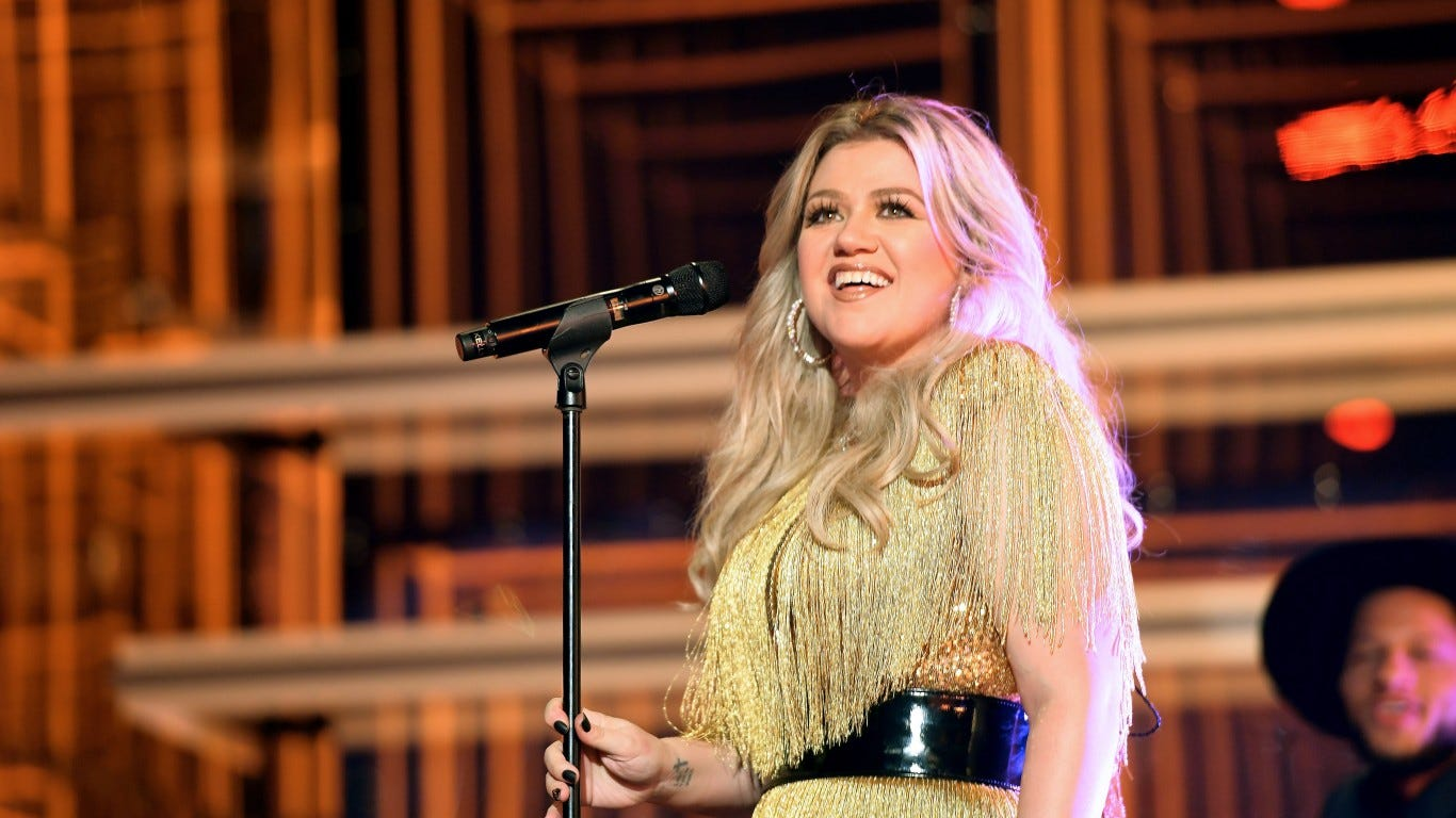 Kelly Clarkson does a pretty great cover of Lady Gaga and Bradley Cooper's 'Shallow'