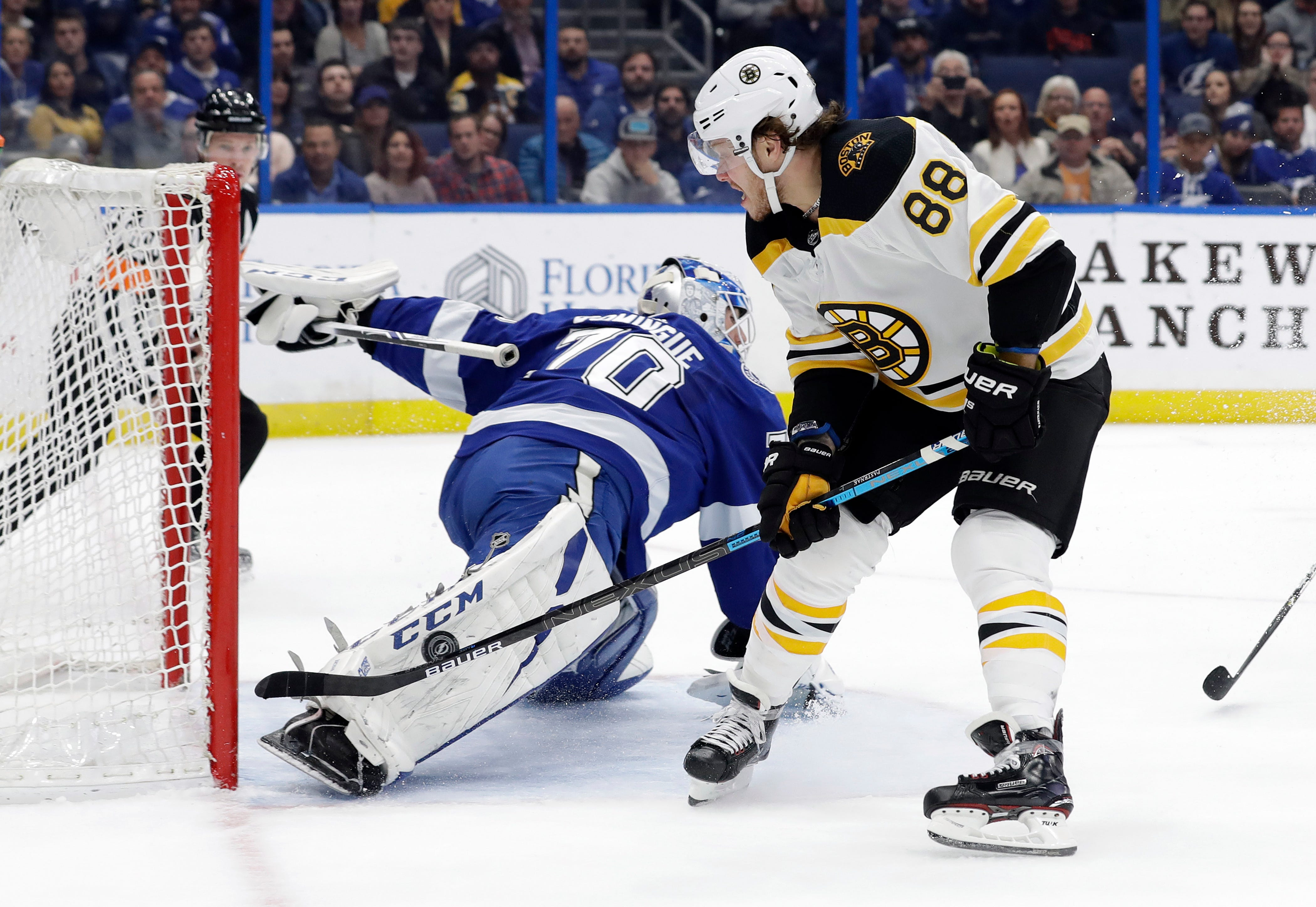 Lightning beat Bruins 3-2 for 5th consecutive win