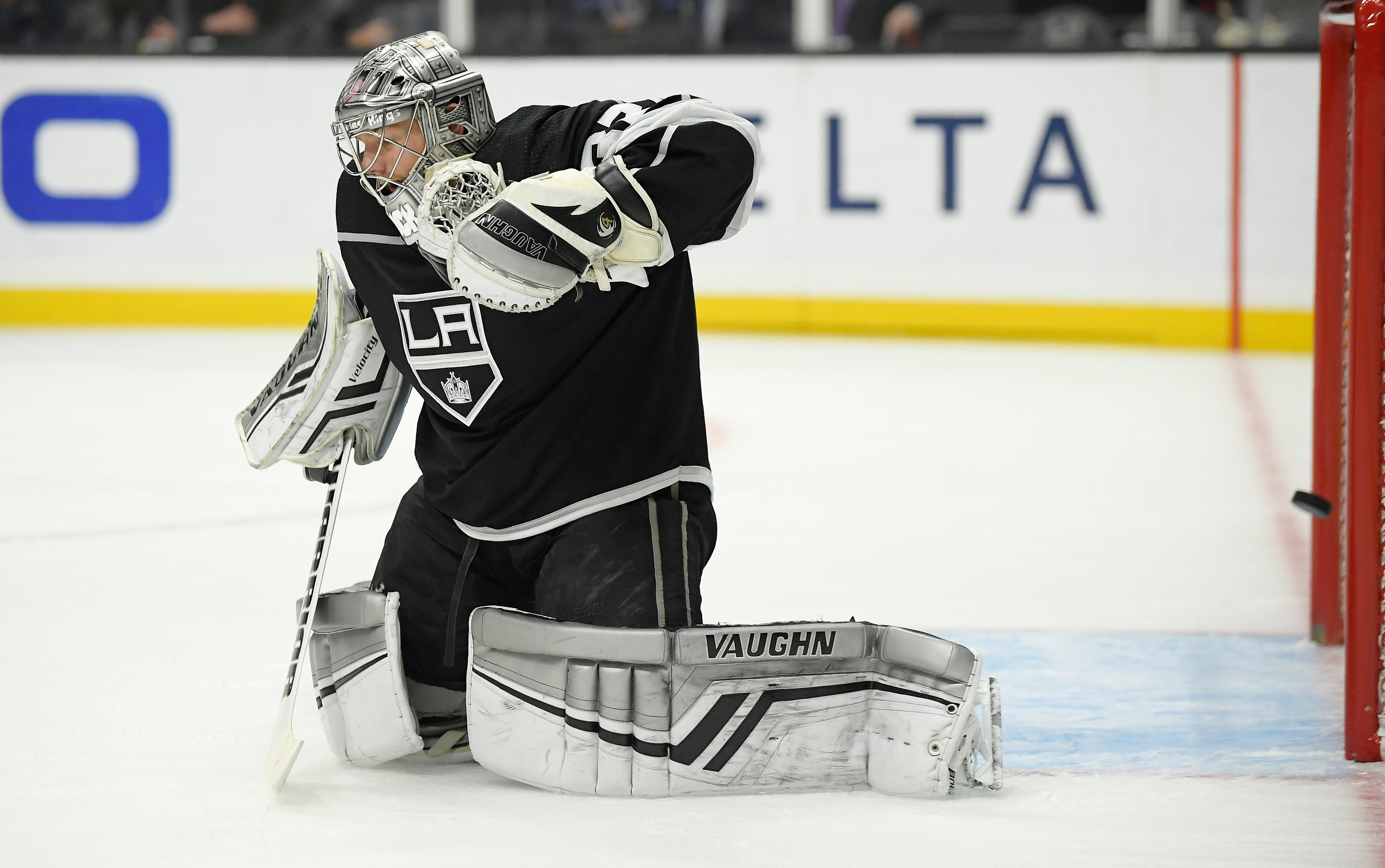 Last-place Kings get 4th straight win by beating Coyotes 2-1