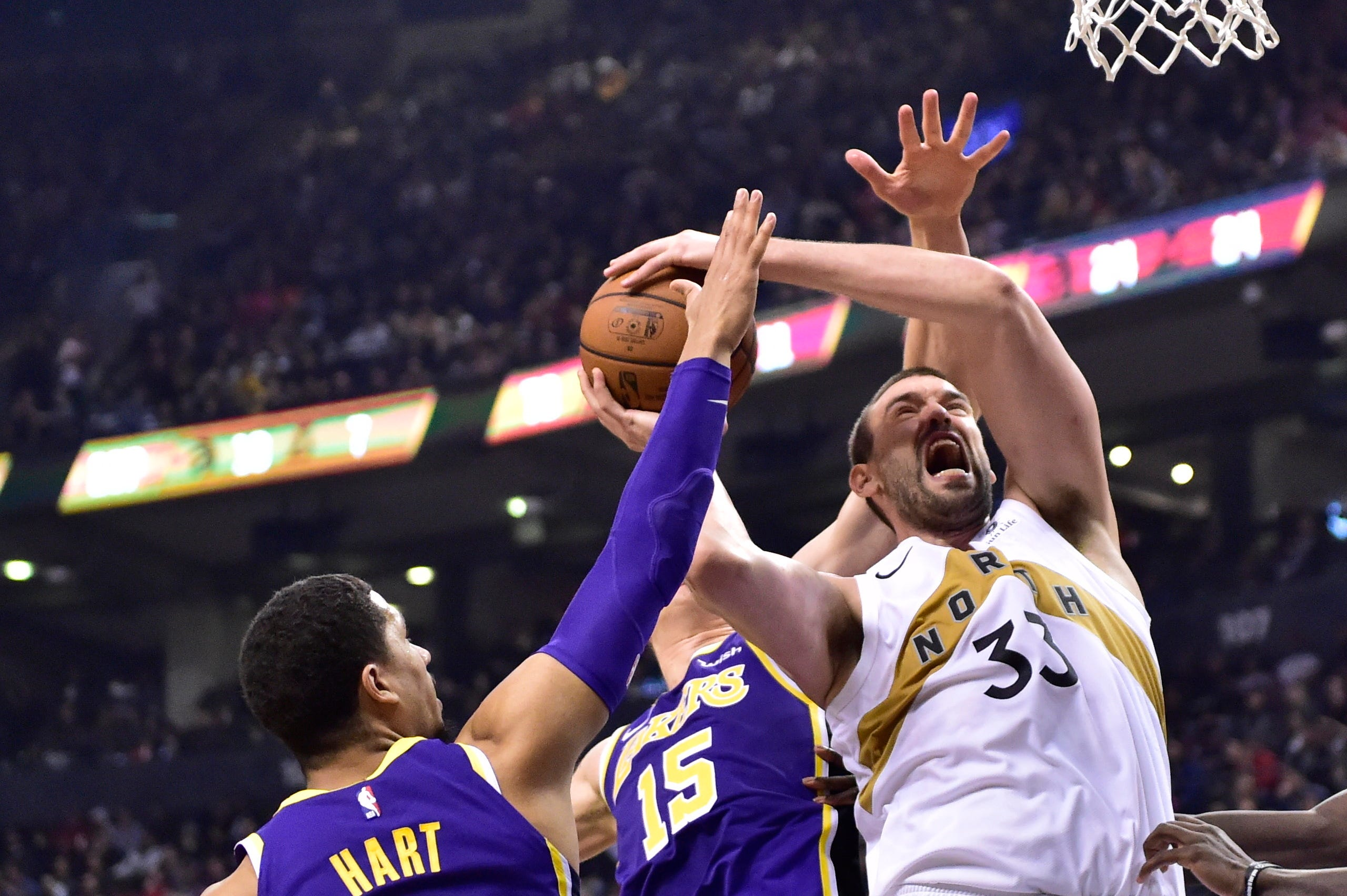 Raptors beat Lakers, LeBron struggling with limited minutes