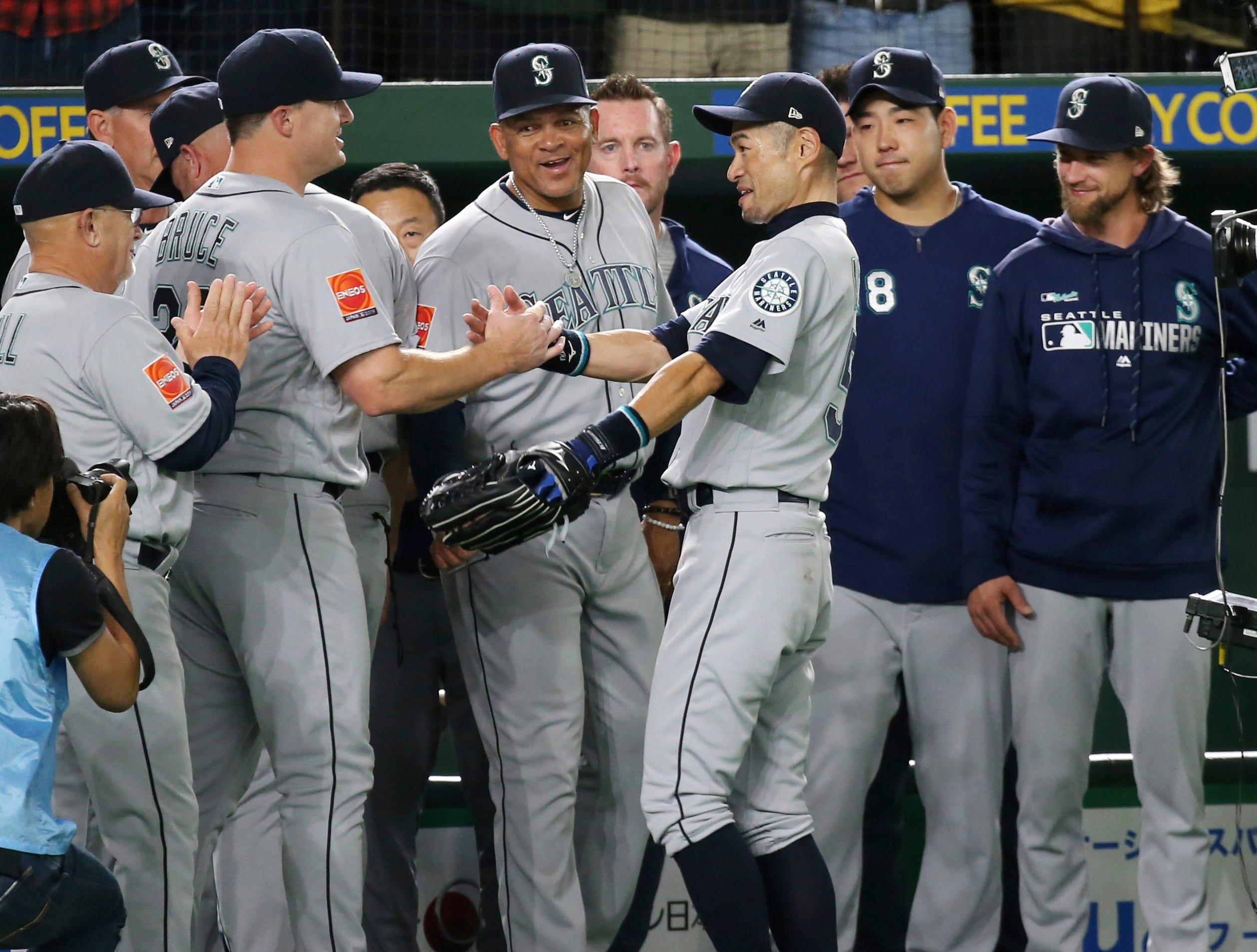 Ichiro walks off to loud cheers, Mariners beat A's 5-4 in 12