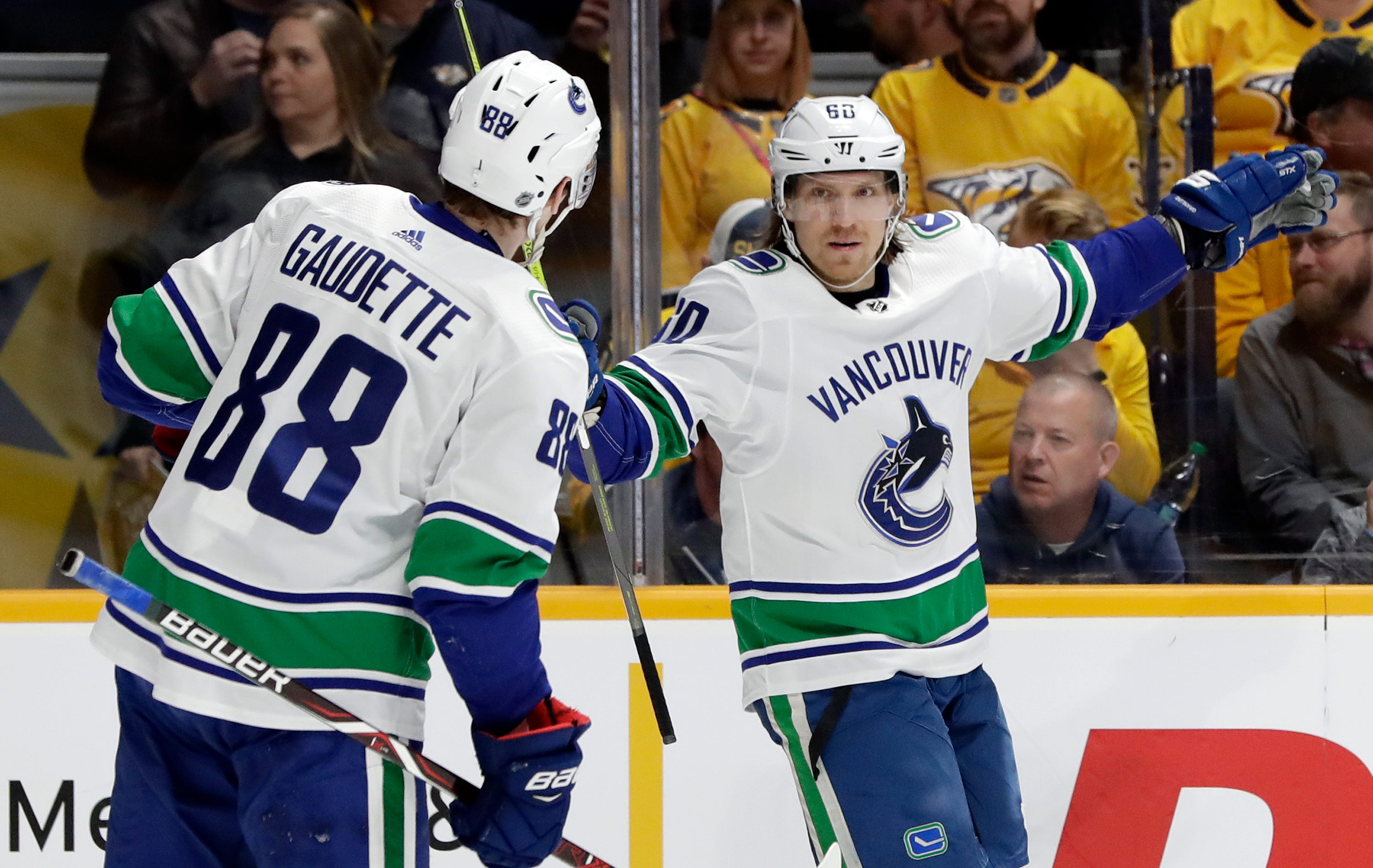 Predators rally with 2 late goals, beat Canucks 3-2