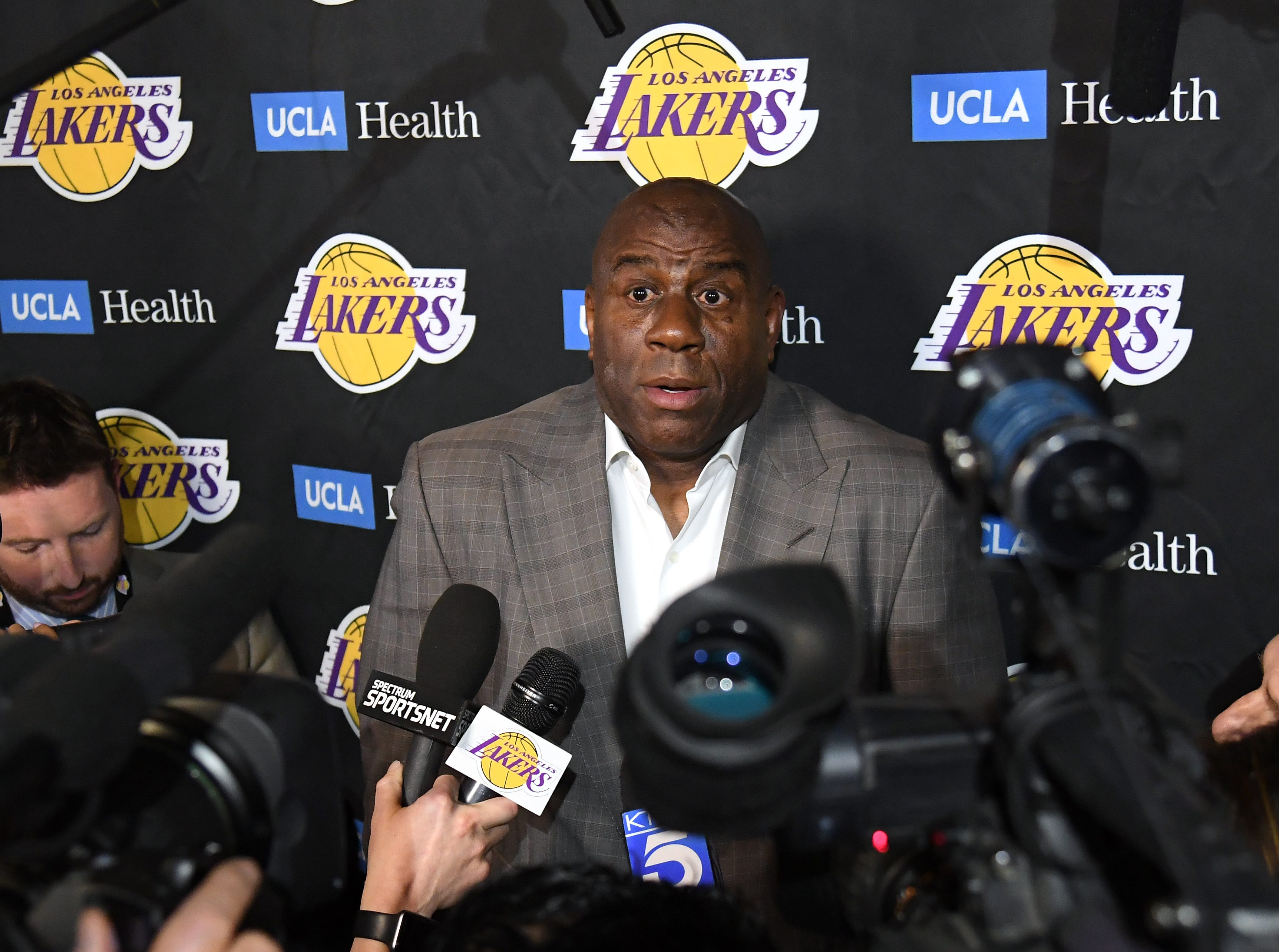 85edfd1355ea Magic Johnson steps down as president of basketball operations for the Los  Angeles Lakers