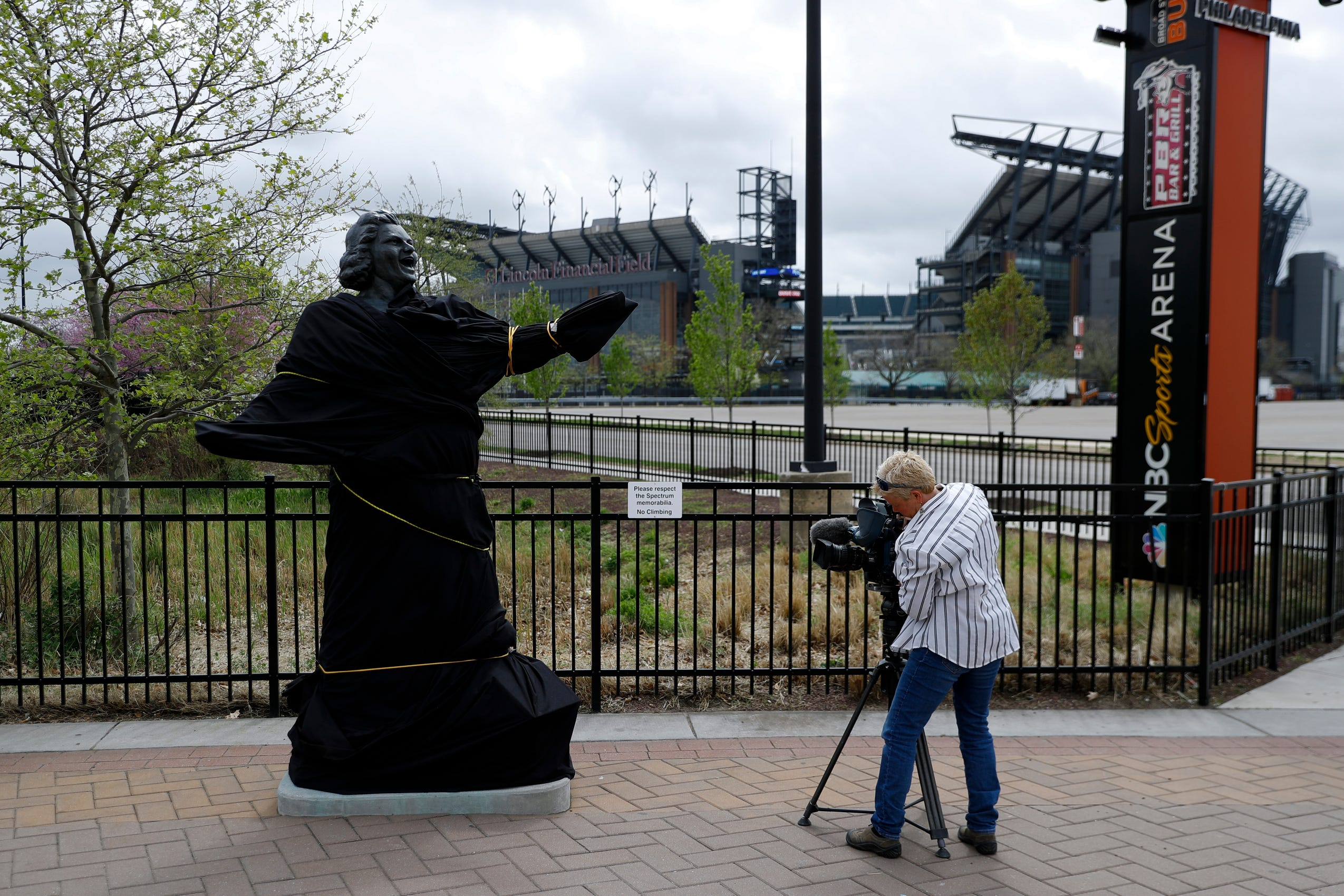 Flyers cut Kate Smith recordings, cover her statue after 'offensive lyrics' come to light