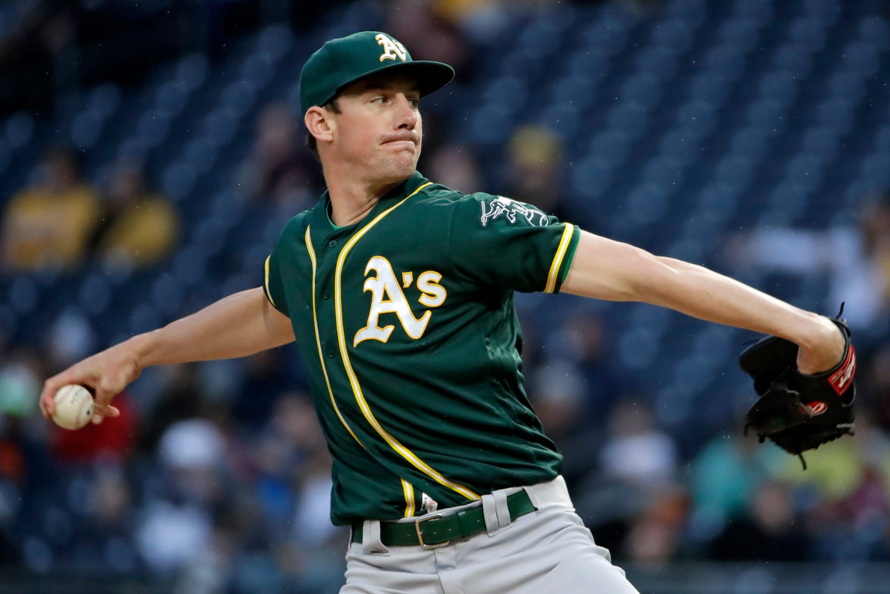Newman's go-ahead triple rallies Pirates by A's 6-4