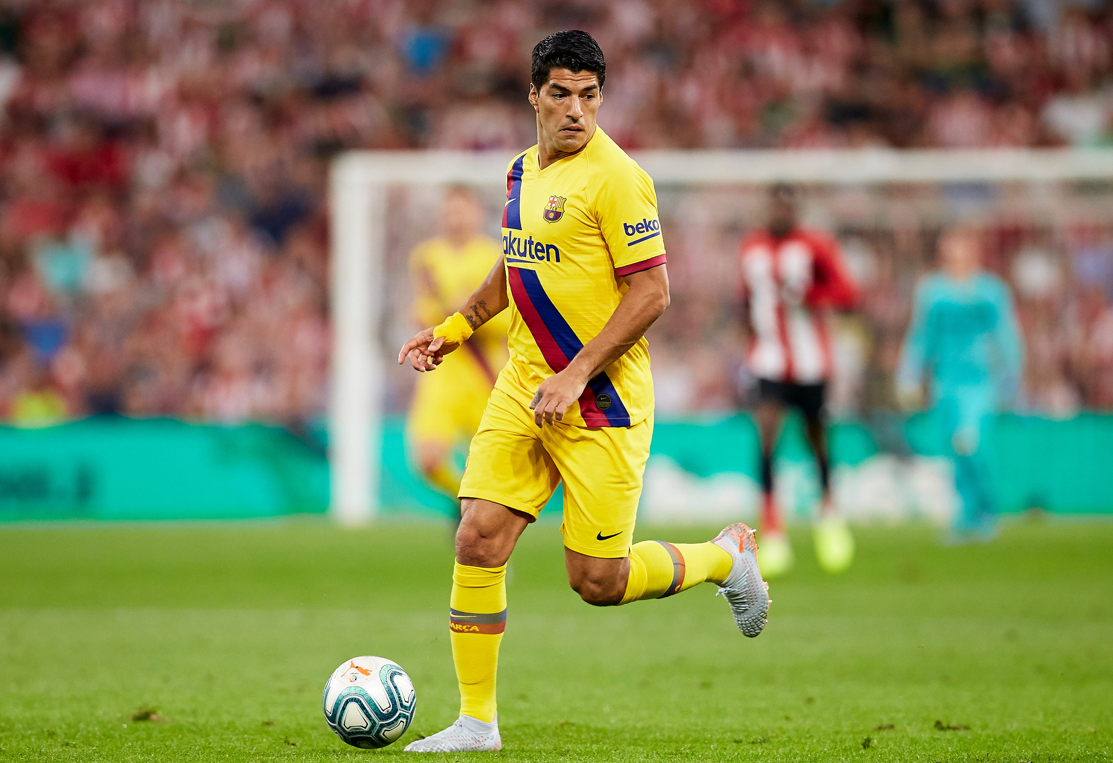 Suárez out injured in 1st half of Barcelona's opening game