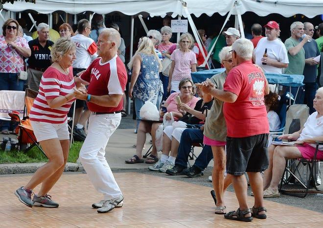 Пары танцуют во время бывшего польского фестиваля Забава в католической церкви Святой Троицы в Эри.