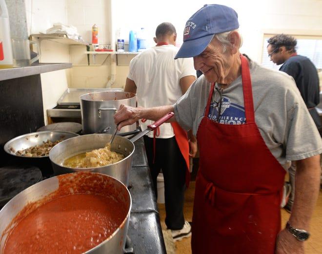 Ron Devecchio, 84 anni, organizzatore del festival italiano di San Paolo, cucina salsa il 9 agosto durante il festival nella chiesa cattolica di San Paolo a Erie.