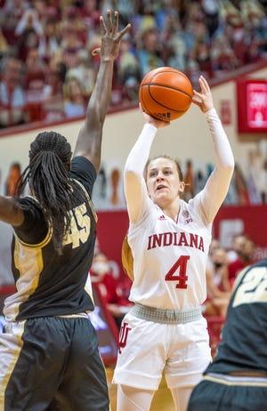 Nikola Kardāno Hilarija no Indiānas (4) pastiprina sitienu virs Purdjū universitātes Fatou Diani (45) Indiānas un Purdjū sieviešu basketbola spēles laikā Saimona Skjodta aktu zālē 2021. gada 6. martā (Rich Ganzaruk/Herald Times)