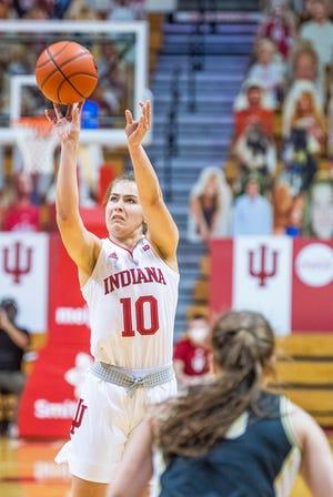 Alexa Golby no Indiānas (10) sestdien, 2021. gada 6. martā, Indiānas sieviešu basketbola spēles pret Purdue laikā Simon Skjodt aktu zālē izdara trīskāršu rādītāju (Rich Ganzaruk/Herald Times)