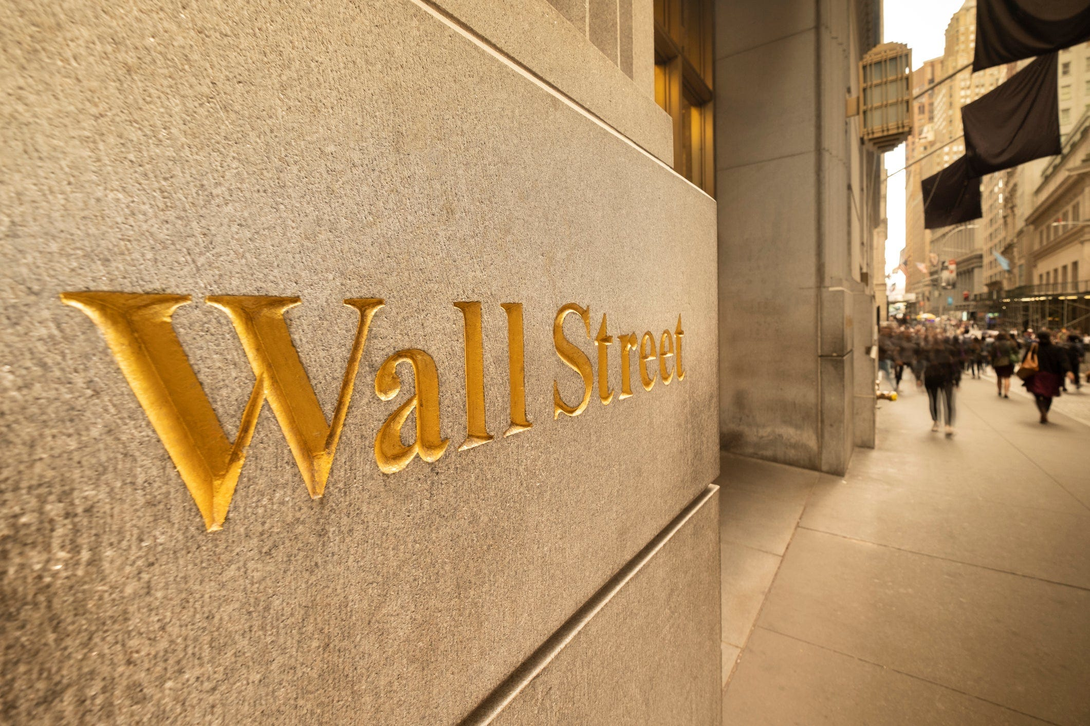 Stocks close modestly higher after choppy day on Wall Street