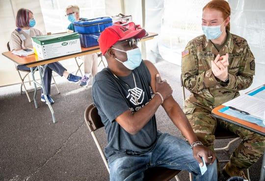 """Tony TaylorはSgtからJohnson&Johnson COVID-19ワクチンを迎える準備をします。 イリノイ州陸軍州兵のライリー・ギャラガーが、5月25日、イリノイ州スプリングフィールドで商店街運転郡公衆保健と州兵が実施したクリニックに参加しました。 """"ただ通り過ぎた。"""""""