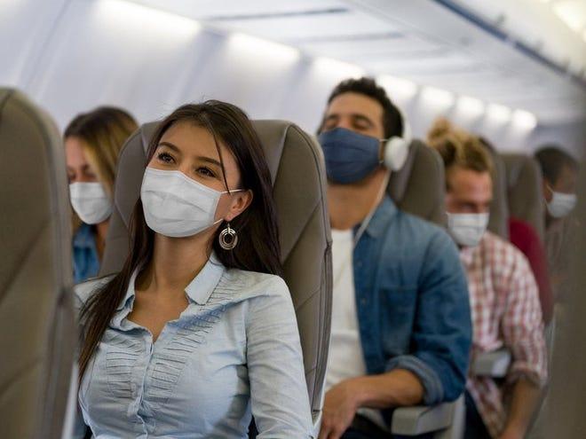 Навіть якщо вакциновані, зазначають у Центрі контролю та профілактики захворювань, люди повинні тримати свої маски в літаках.