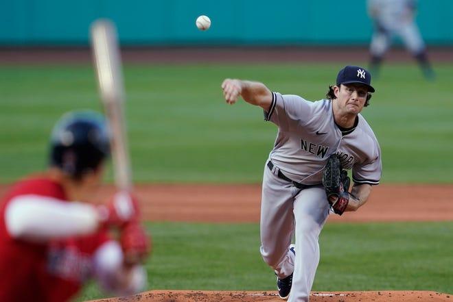 Der New York Yankees-Start-Bowler Gerrit Cole liefert am Freitag, den 23. Juli 2021, in Boston während der ersten Hälfte eines Baseballspiels im Fenway Park an die Boston Red Sox.  (AP-Foto/Elise Amendola)