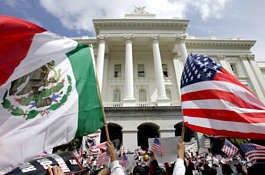 Las banderas de México y Estados Unidos ondean durante una manifestación sobre inmigración el lunes en el Capitolio de Sacramento, California. Varios miles de inmigrantes y sus simpatizantes se concentraron en el Capitolio y luego marcharon por el centro de Sacramento como parte de una manifestación nacional que insta al Congreso a adoptar reformas que den a unos 11 millones de inmigrantes indocumentados una oportunidad de obtener la ciudadanía.