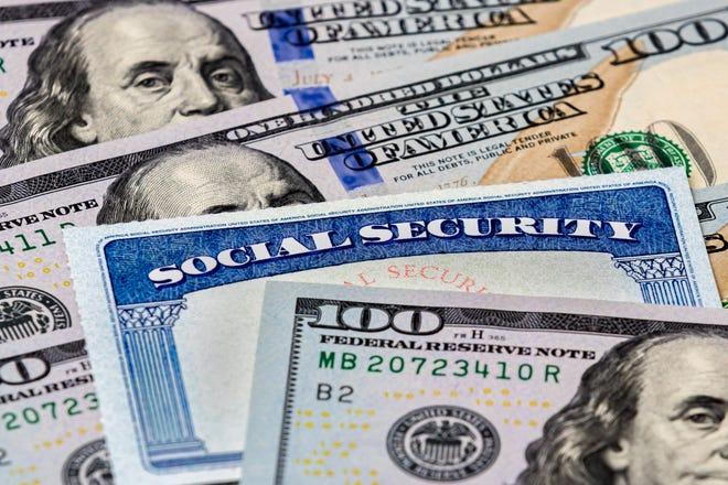 Thẻ An sinh xã hội nằm gọn trong một đống hóa đơn hàng trăm đô la