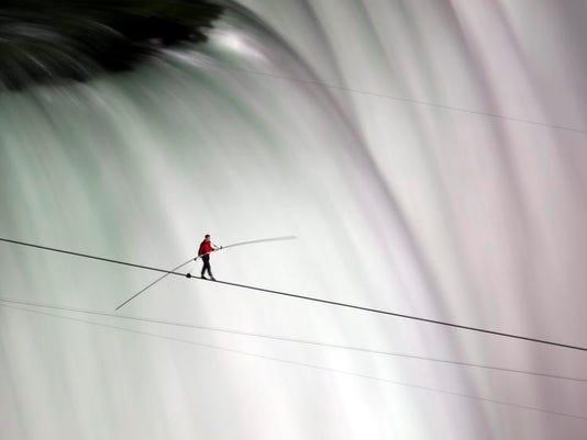 -APTOPIX_Niagara_Falls_Tightrope_FNG109.jpg_201206155.jpg