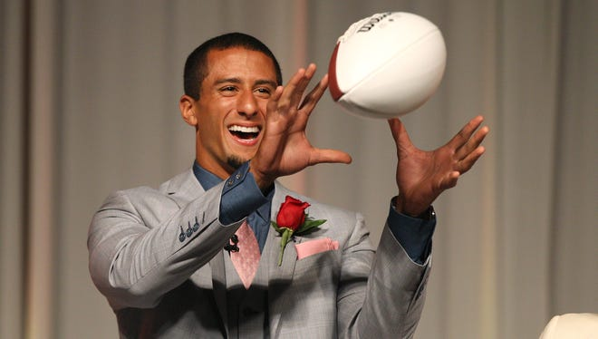 Colin Kaepernick prepares to throw a pass to Wayne Didas , of Webster, who won the auction to catch the pass during the Rochester Press-Radio Club Day of champions Dinner.