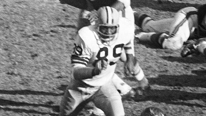 Green Bay Packers linebacker Dave Robinson (89) chases Chicago Bears running back Gale Sayers (40) during a game in Chicago on Nov. 27, 1967.