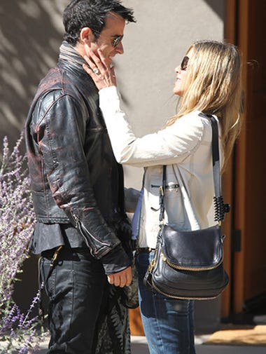 """It's a bird! It's a plane! Oh, wait -- that's just Jennifer Aniston's HUGE engagement ring, as seen during an outing with her fiance Justin Theroux in New Mexico last week. 