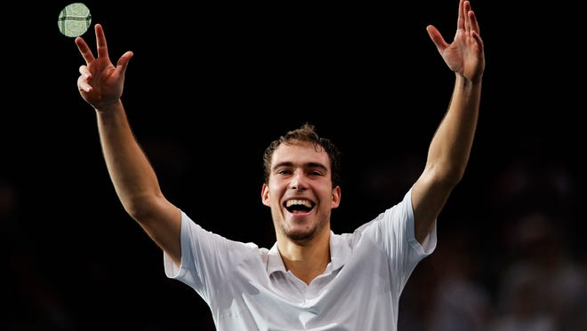 Jerzy Janowicz upset Andy Murray, his first win over a top-10 player, at the  BNP Paribas Masters in Paris to reach the quarterfinals.