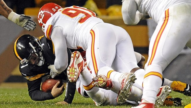 Steelers quarterback Ben Roethlisberger (7) is sacked by Chiefs outside linebacker Tamba Hali (91) in the third quarter Monday night. Roethlisberger left the game with a right shoulder injury.
