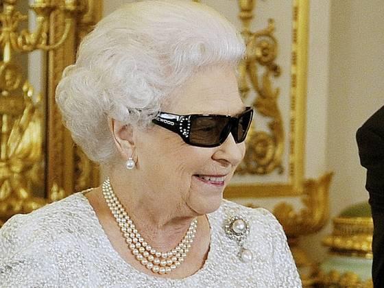 Queen Elizabeth II in 3D glasses