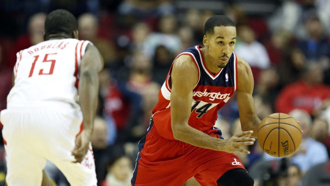 Shaun Livingston, shown Dec. 12 with the Wizards, signed with the Cavaliers.