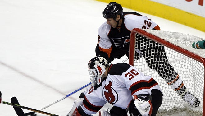 Philadelphia right wing Mike Knuble scores against New Jersey Devils goalie Martin Brodeur during his previous time with the Flyers.