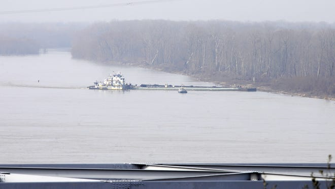The towboat Nature Way Endeavor banks a barge against the western bank of the Mississippi River on Jan. 27.