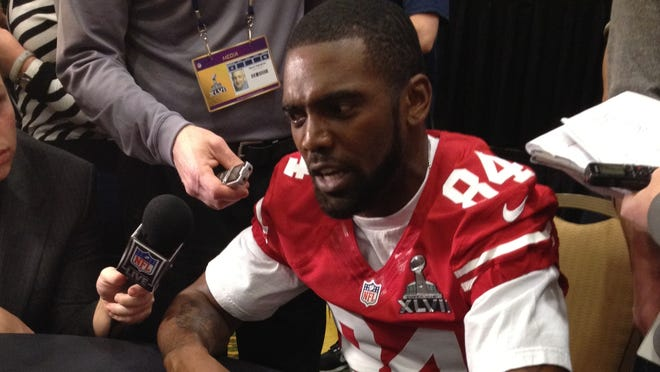 49ers WR Randy Moss holds court in front of reporters and a USA TODAY headline.