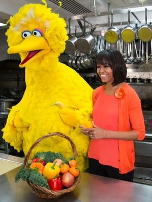 Michelle Obama and Big Bird discuss healthy snacking in the White House kitchen.