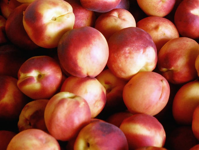 Nutritionists recommend eating nutritious snacks during the day to ward off hunger. There are many healthy snacks for 100 calories or less, according to a story in 'The Best Diet and Fitness Tips' magazine. For example, a peach has 58 calories.