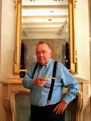 Comedian Jonathan Winters poses for t a Beverly Hills hotel on May 6, 1997.