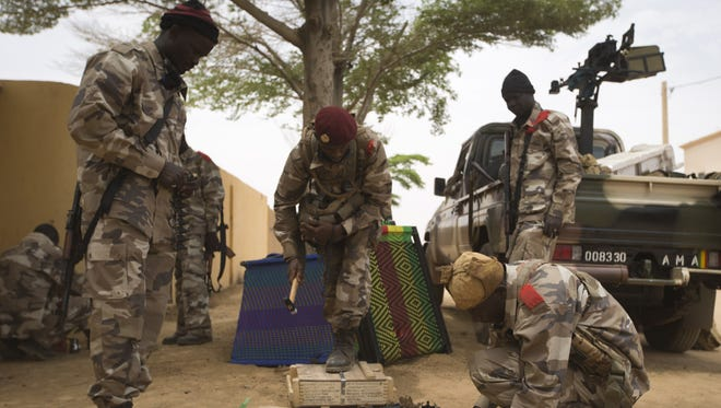 """Members of the """"Berets rouge,"""" Mali's special paratroopers unit."""