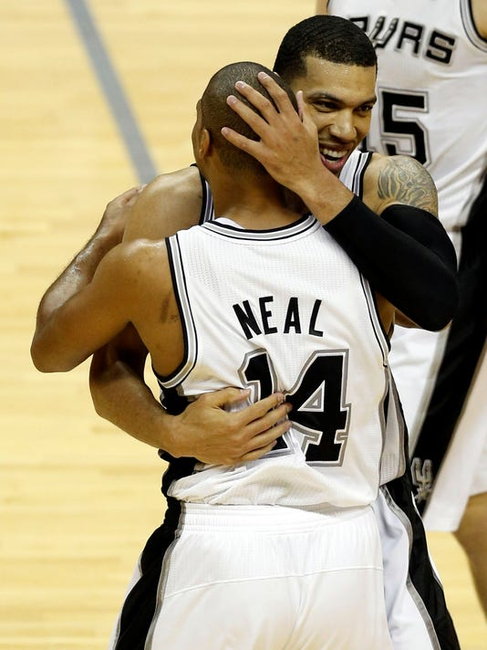 6-11-gary-neal-danny-green-hug-spurs-heat-game-3-gamer-1