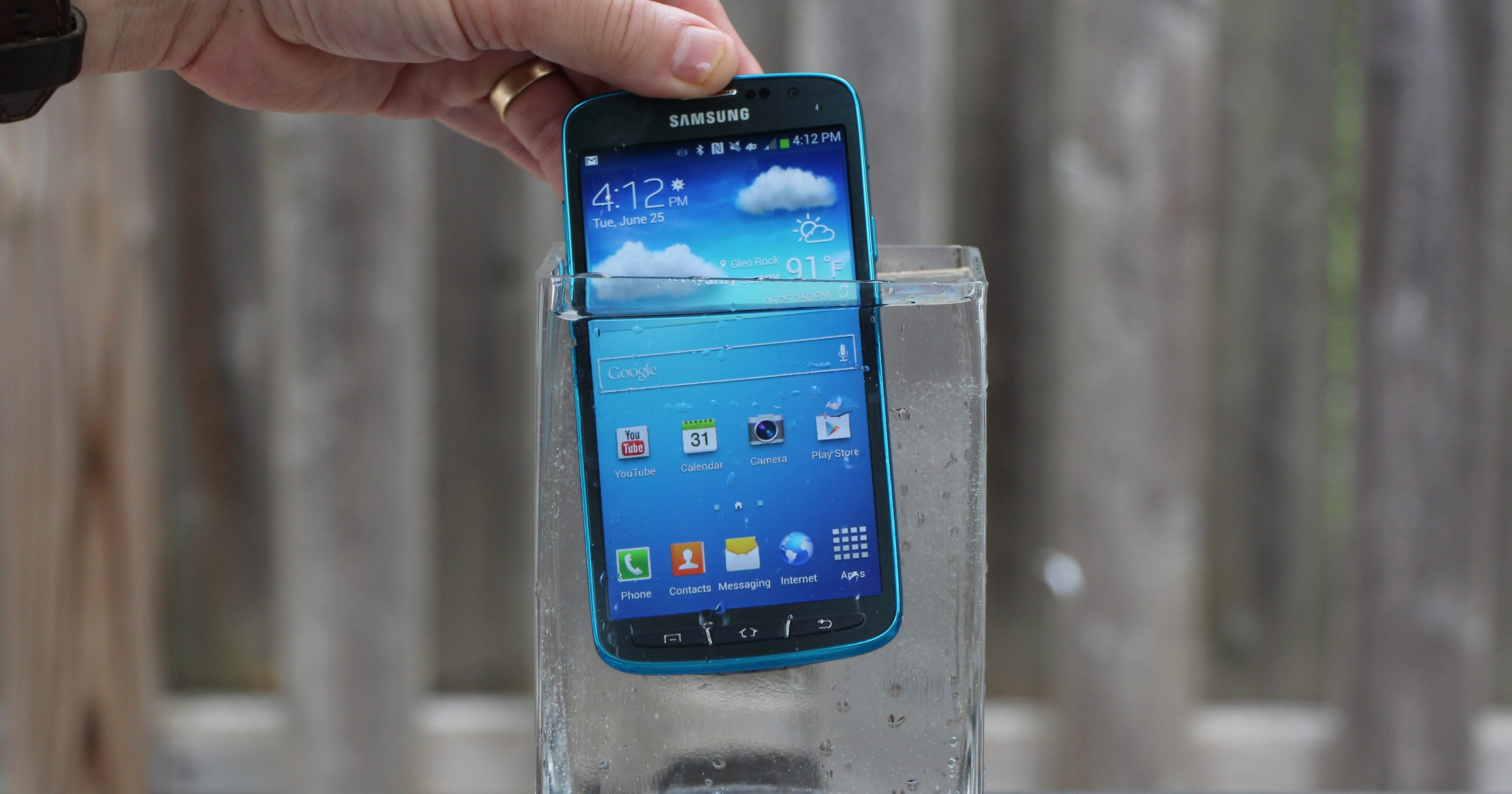 samsung galaxy s4 active can take a splash or two