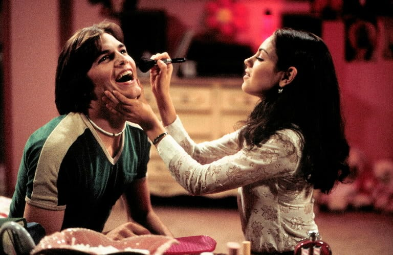 In this scene from the TV show's 'Velvet Rope' episode in 1999, Jackie persuades Kelso to go glam.