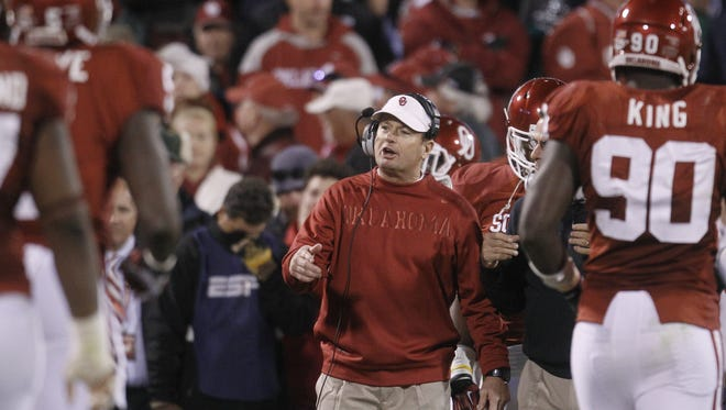 Oklahoma coach Bob Stoops talk to some players as they come off the field in the fourth quarter of Saturday's loss.