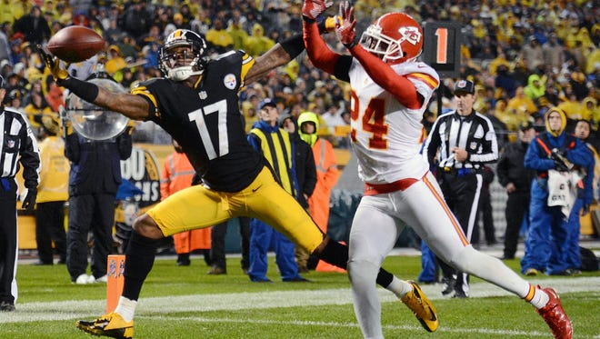 Pittsburgh Steelers wide receiver Mike Wallace makes an amazing acrobatic catch against Kansas City in the first half of Monday's primetime game.